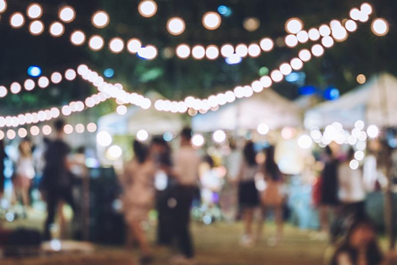 Velplanlagt firmaarrangement om aftenen med telte og lyskæder.