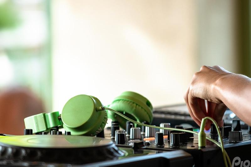 DJ ved mixerpult spiller musik til firmafest.