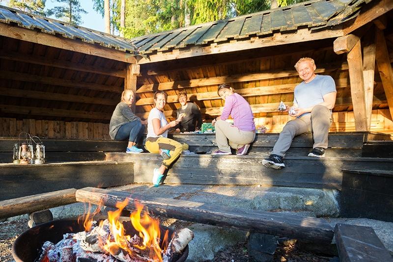 5 mennesker til teambuilding. Har det sjovt ved hytte i skoven.