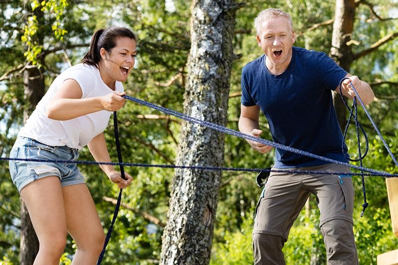 To kollegaer trækker i snore og har det sjovt til teambuilding.